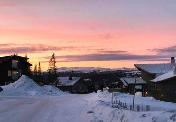 Morgonlöpning i backe med en rosa himmel som sällskap