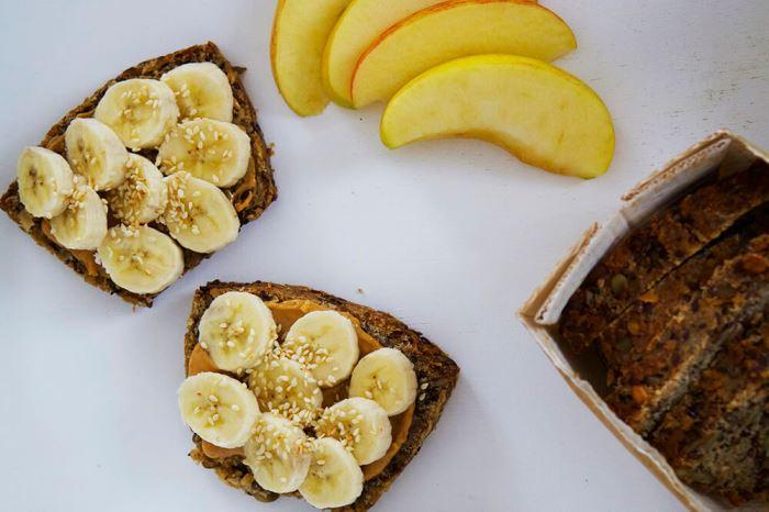 Smörgås med banan och jordnötssmör