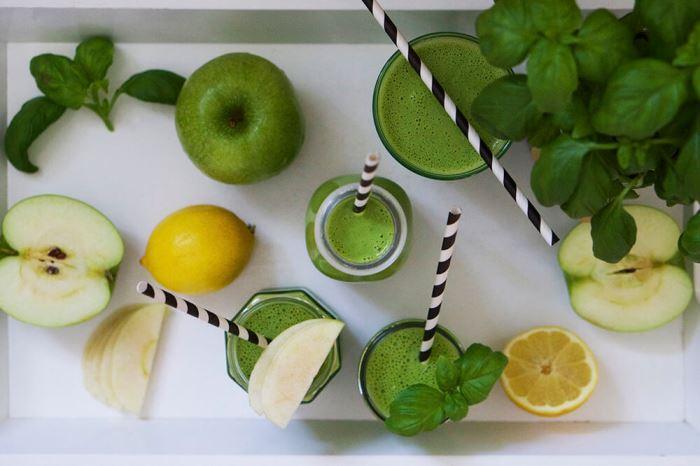 Grön smoothie med ärtor, spenat och äpple