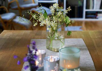 sommarblommor på bordet