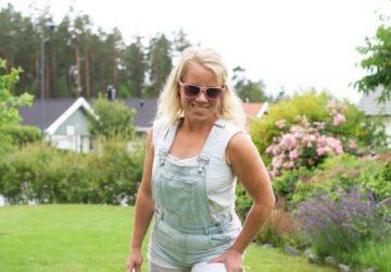 Karin med kläder i spets och jeans