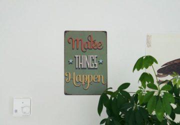Tavla med texten Make things happen