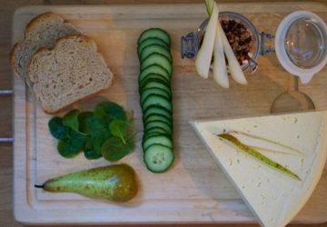 Frukost med bröd, ost, kvarg, päron och granola