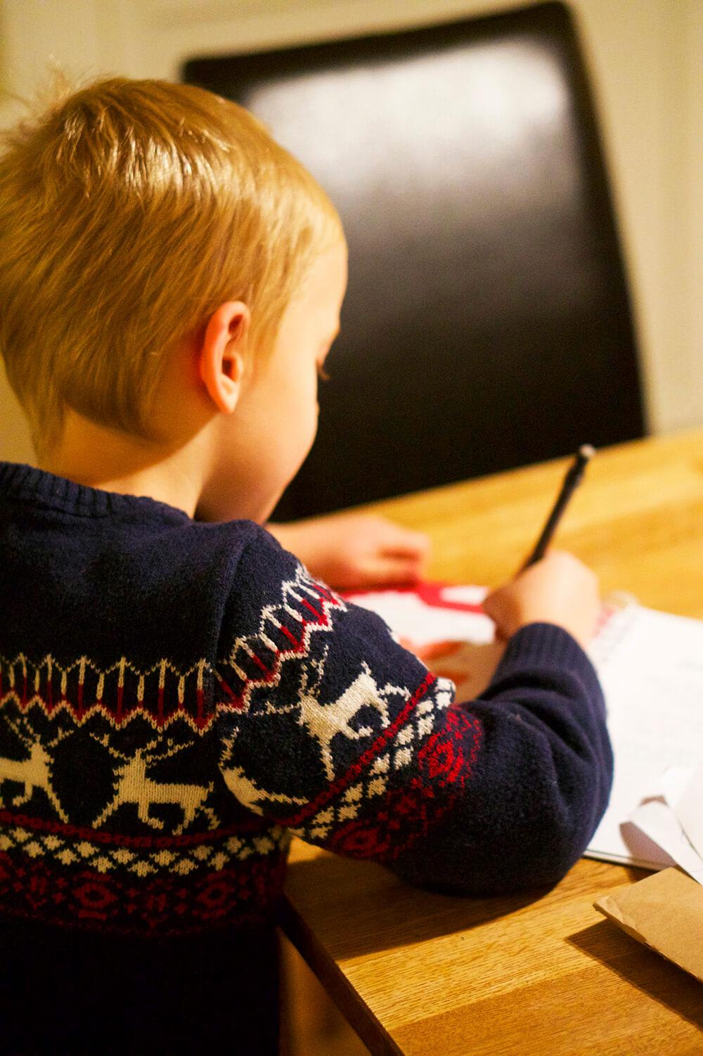 barnet skriver