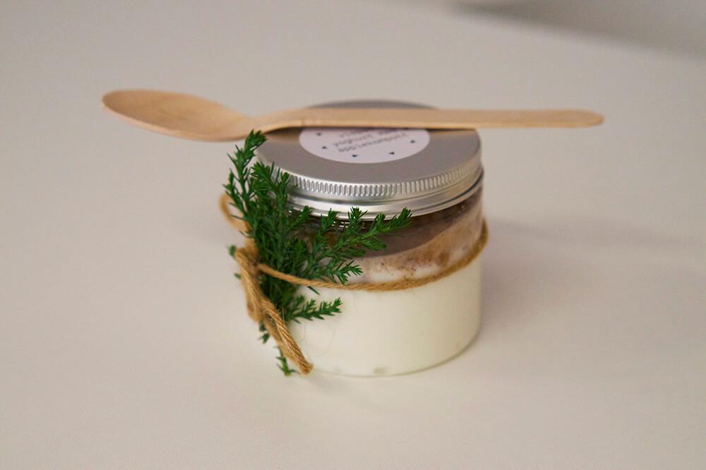 yoghurt och äpplekompott i burk