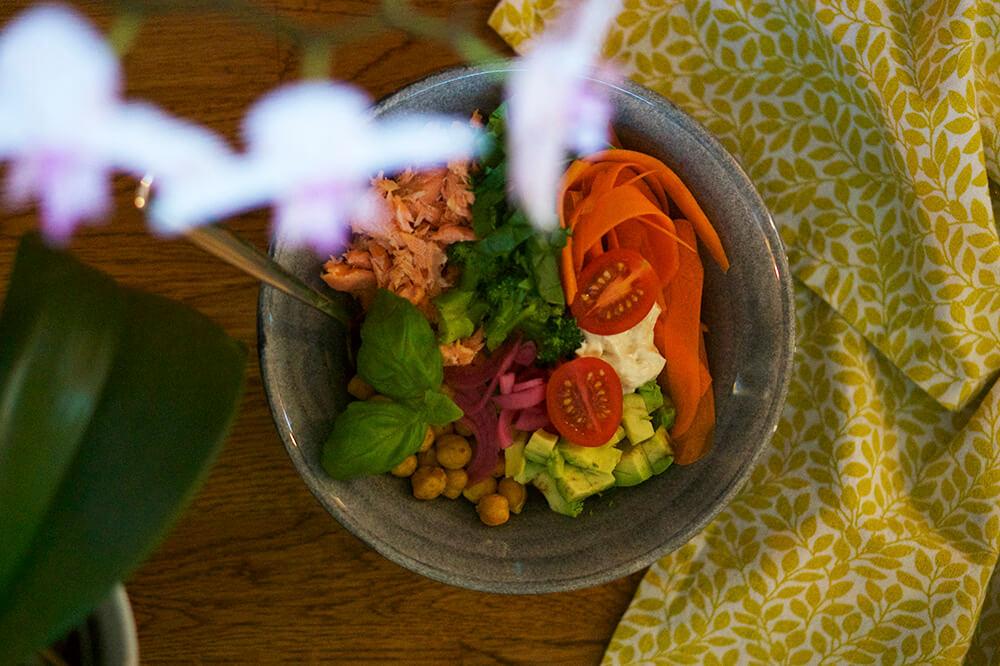 Buddha Bowl med lax, kikärtor och grönsaker