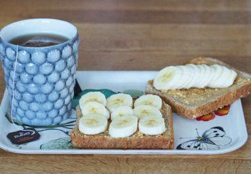 Rostat bröd med jordnötssmör och banan