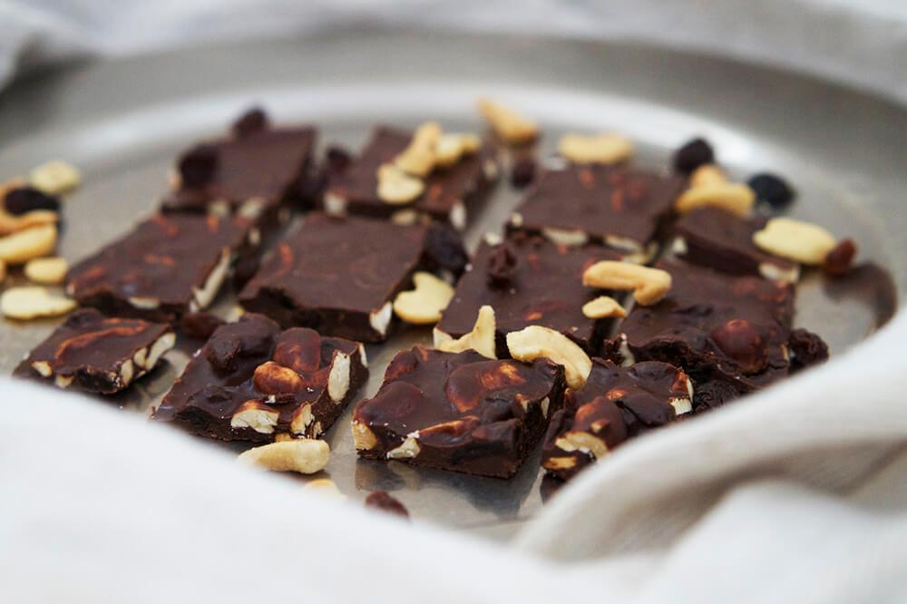 Nyttigt chokladbräck med nötter och russin