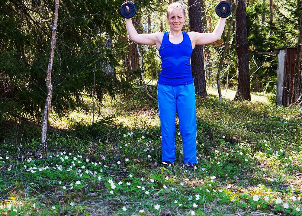 träning i skog med vitsippor