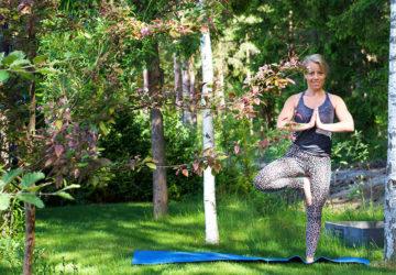 Karin - yoga i trädgården