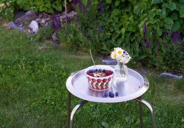 Sommarfrukost med keso, kvarg, blåbär, hallon och granola