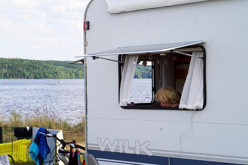Husvagn med sjöutsikt