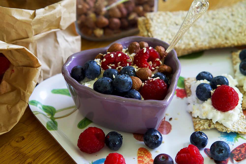 Keso, blåbär och hallon till frukost