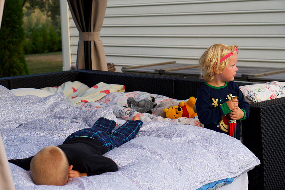Tälta i trädgården med barnen