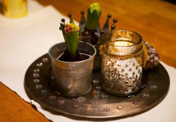 Vinterpynt med hyacinter och ljus