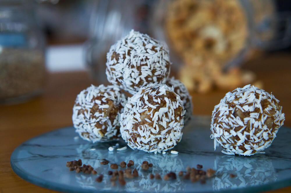 Rawfoodbollar dadlar och kardemumma - recept