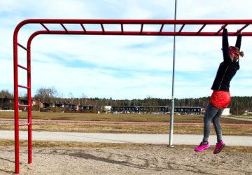 Karin och skolgårdsträning - armgång
