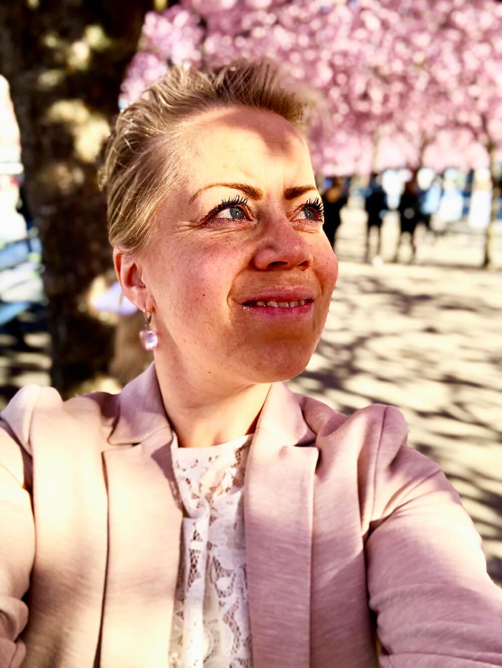 Karin under körsbärsträden i Kungsträdgården