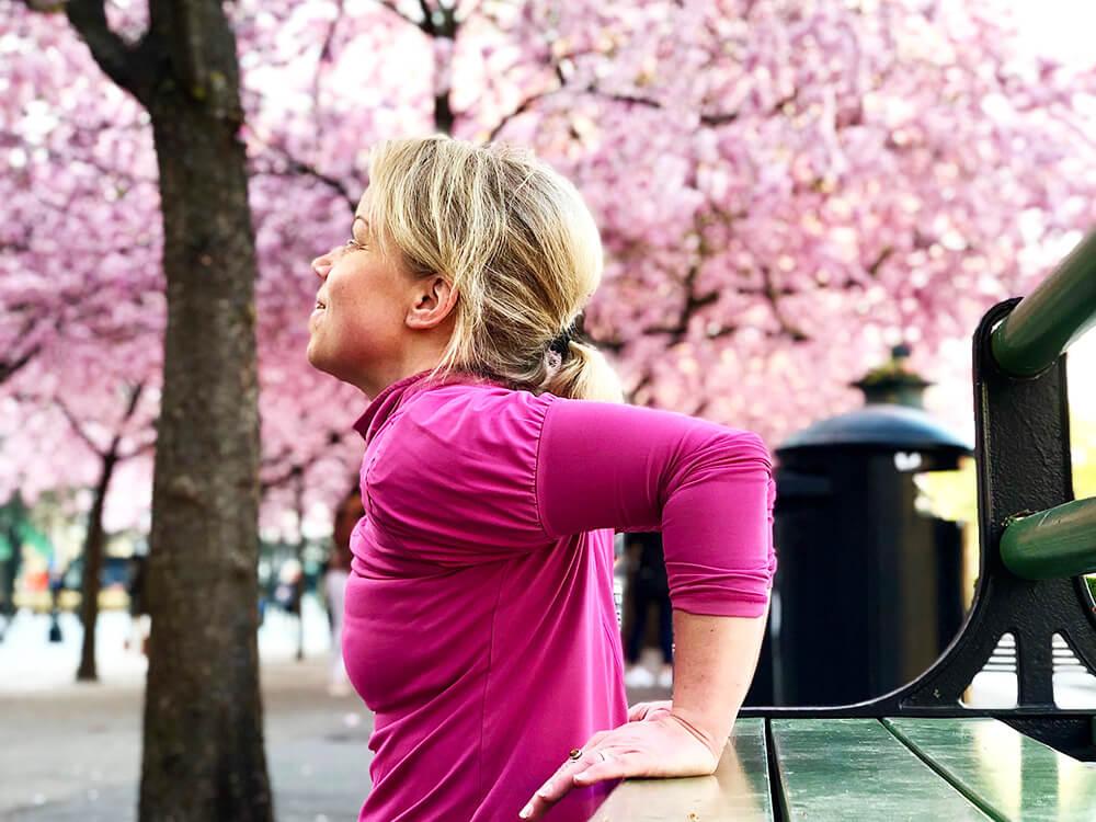 Träning under körsbärsträden i Kungsträdgården