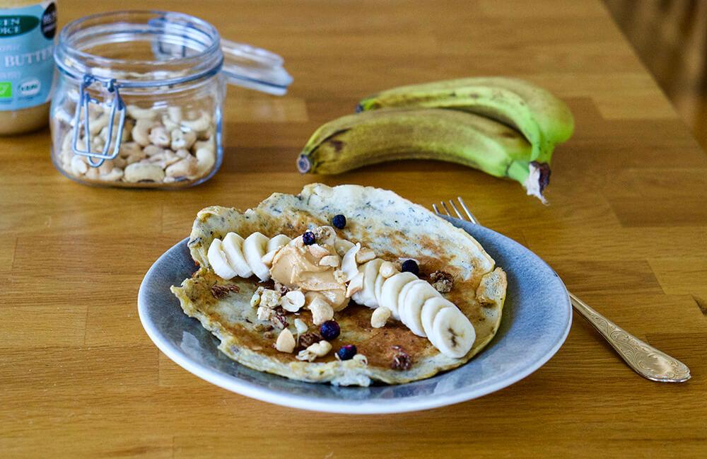 Bananpannkaka med banan och jordnötter