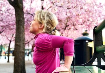 Karin tränar under körsbärsträden