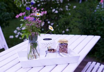frukost ute i trädgården