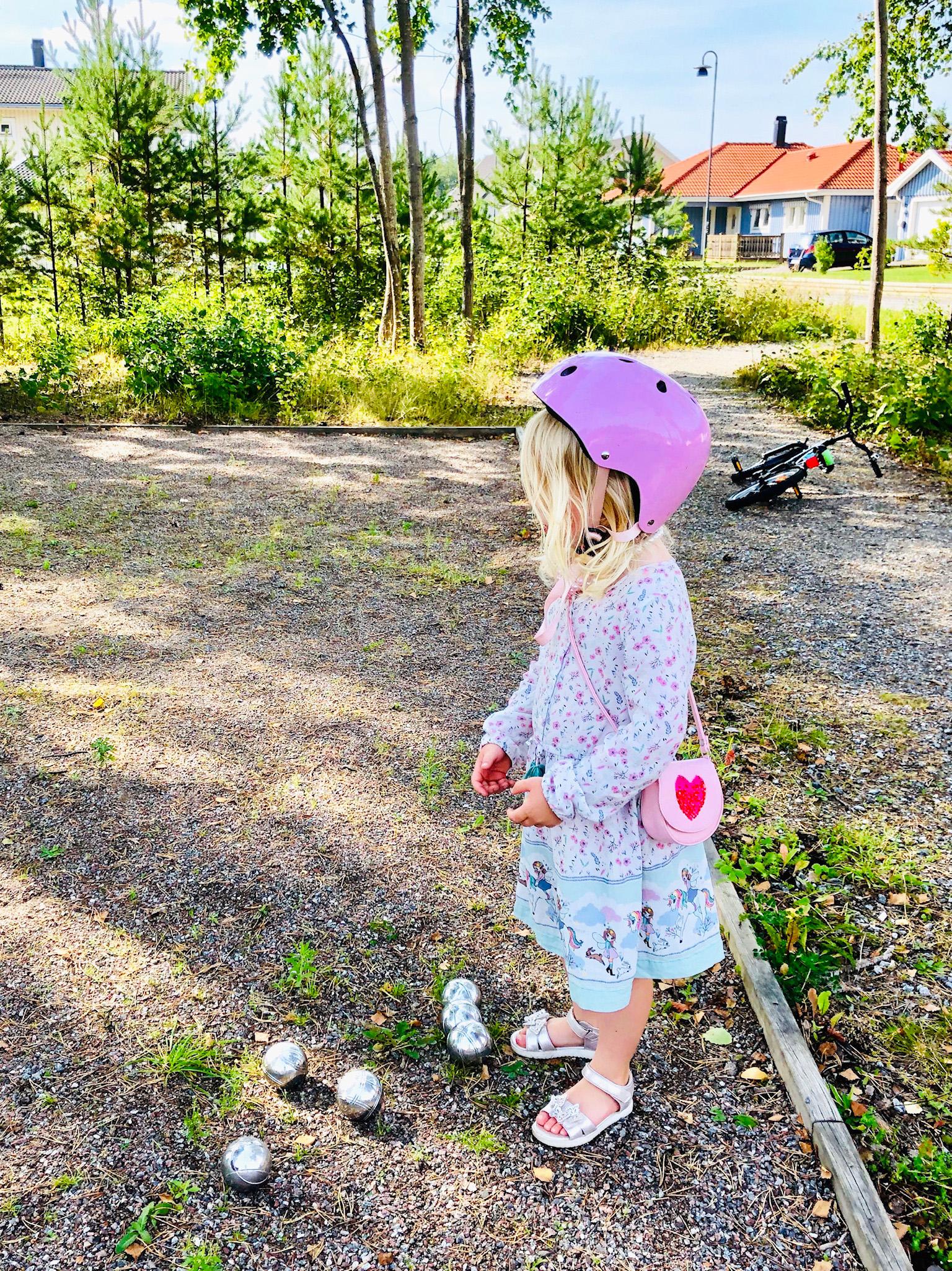 Spela boule med dottern - september