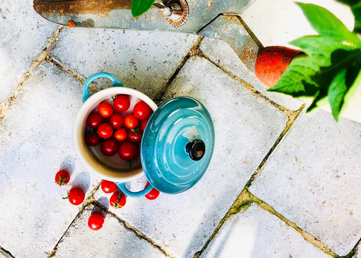 Körsbärstomater i växthuset