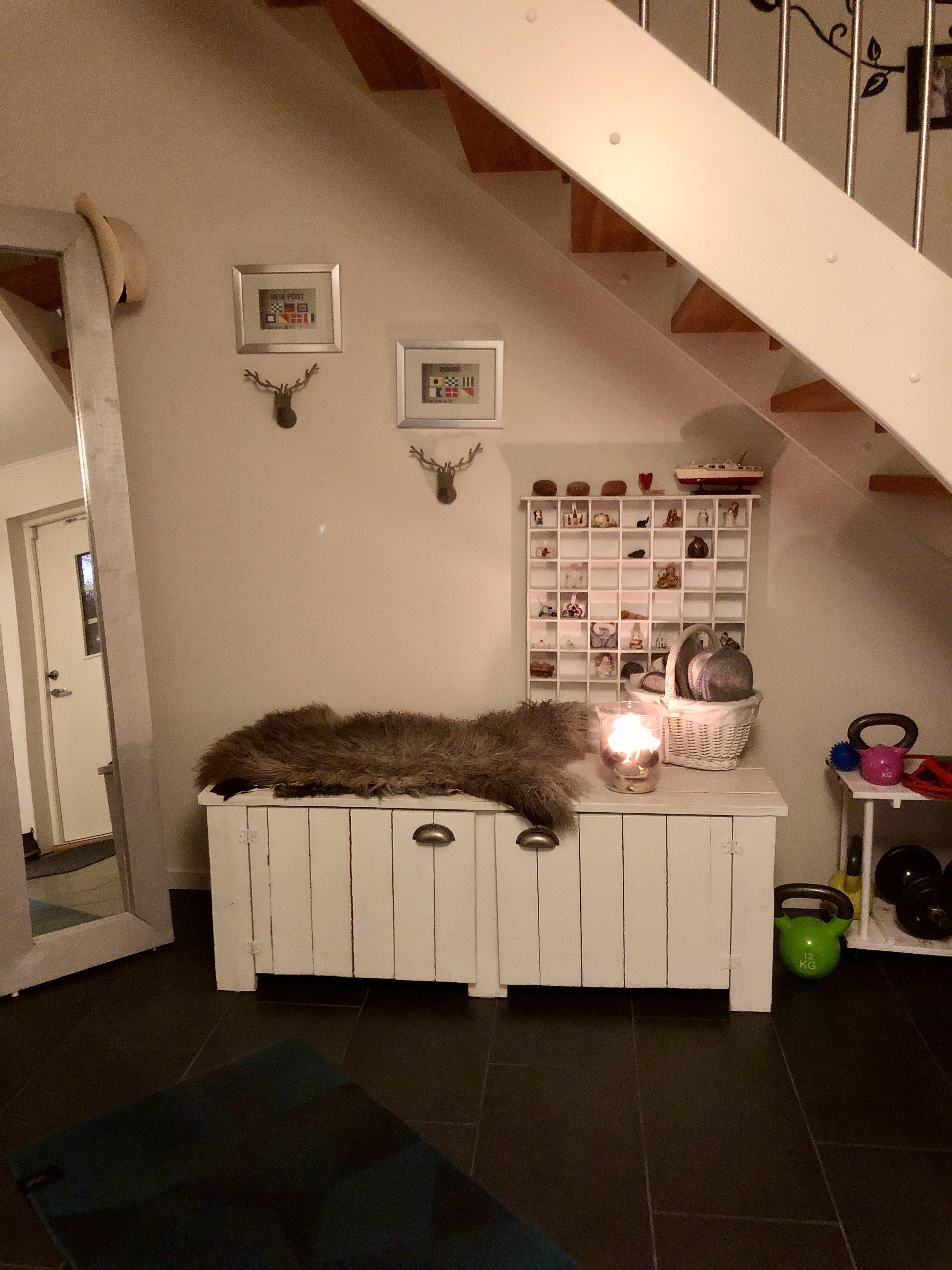 Yogamatta och tänt ljus hemma hos oss