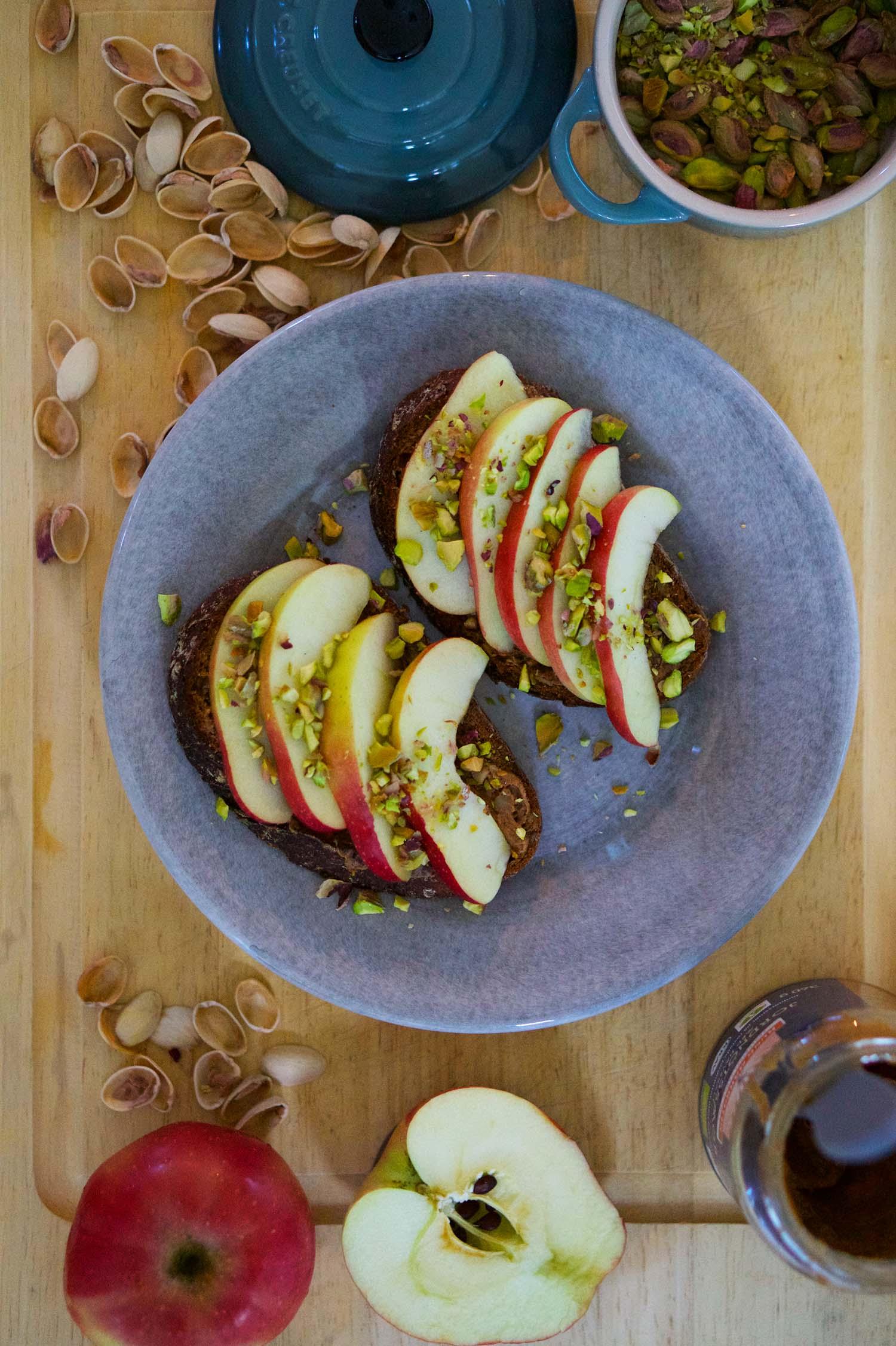 Smörgås med äpple och nötter
