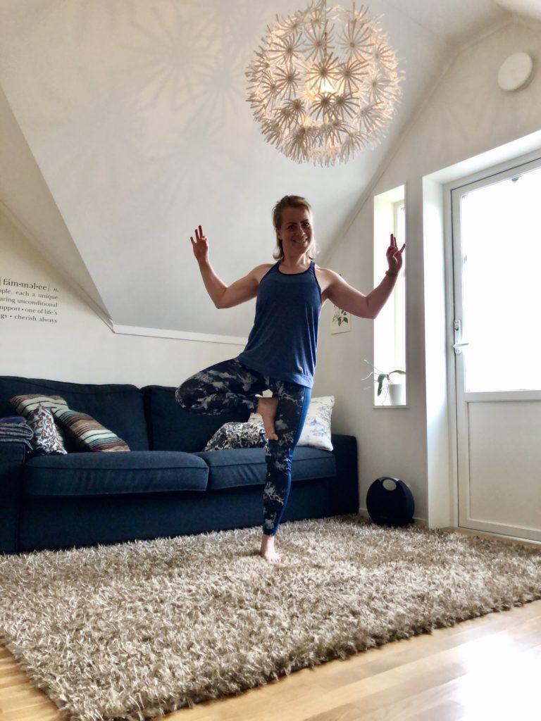 Yogaträning hemma med kollegor