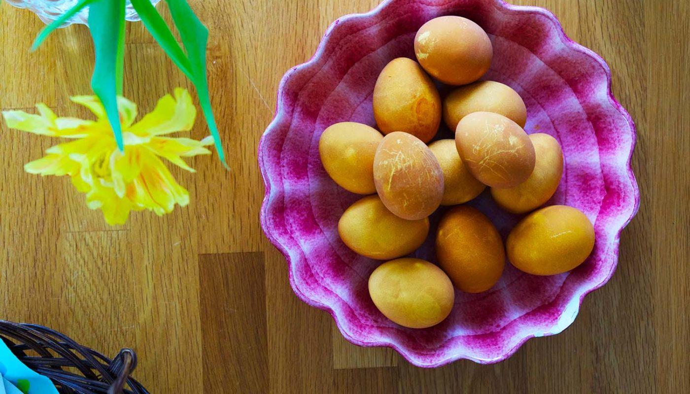Färga ägg med lökskal