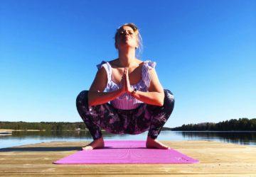 Yoga på bryggan en morgon i maj