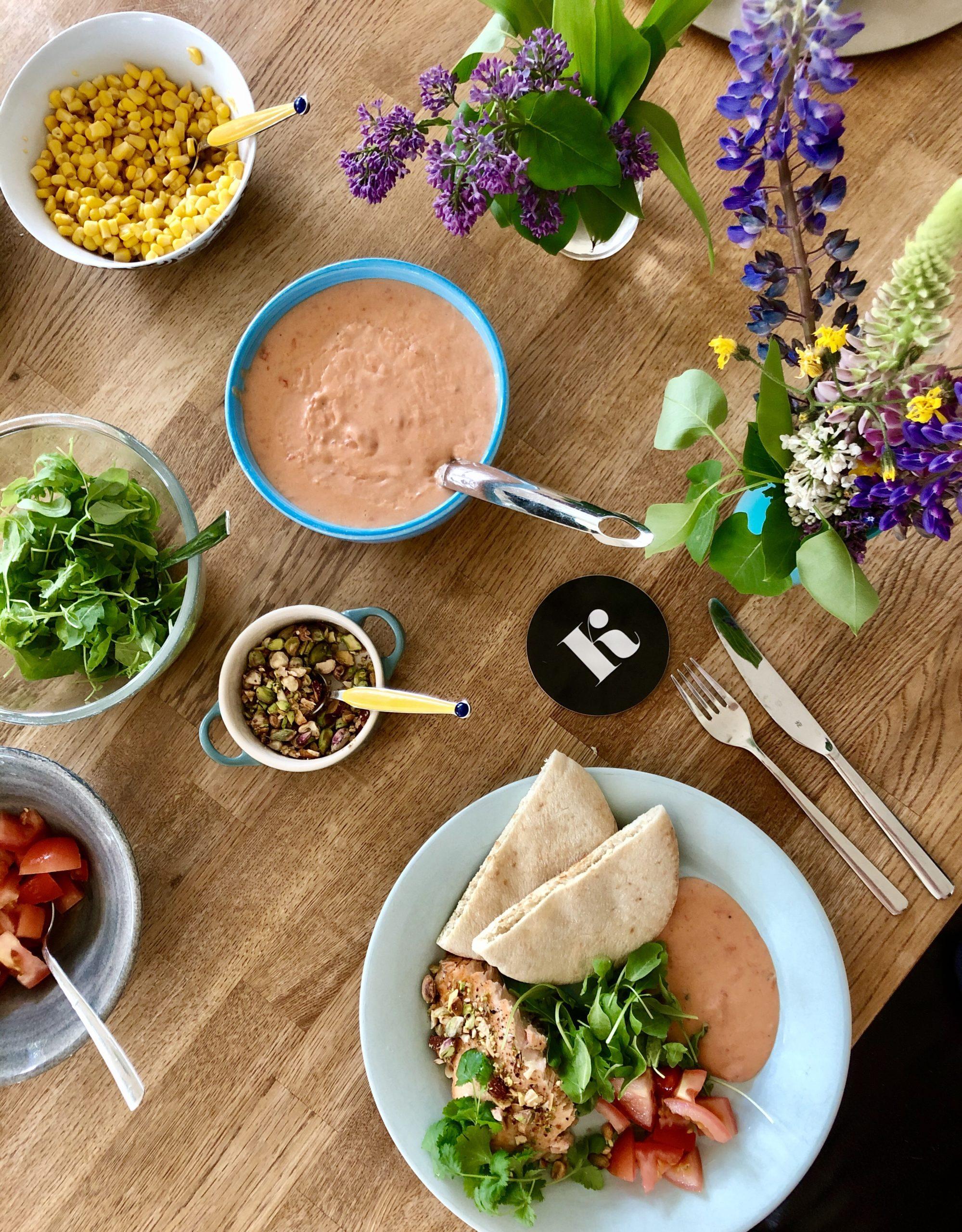 Middag med lax, jordnötssås och koriander