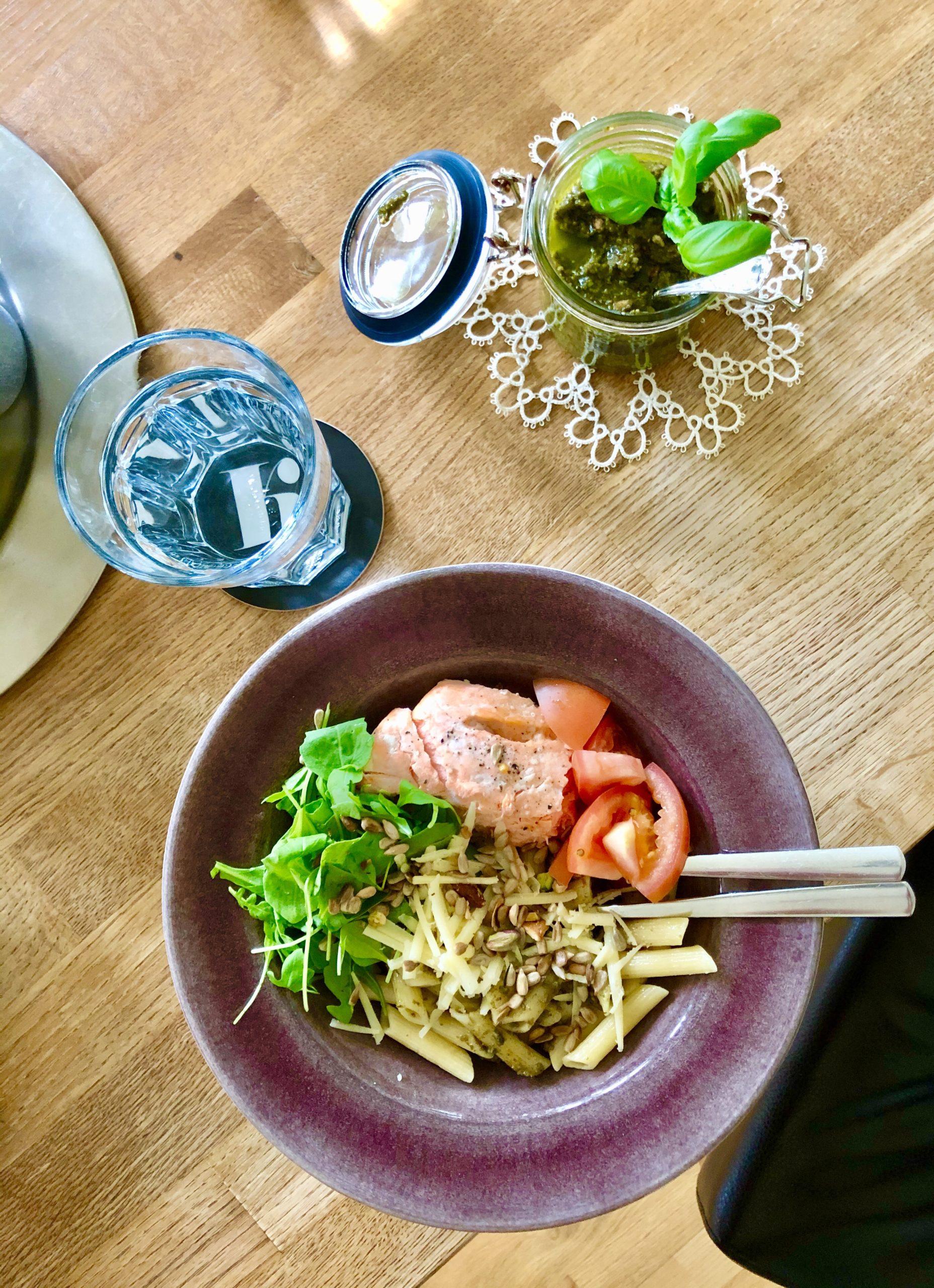 Enkel vardagsmat - pasta med pesto och lax