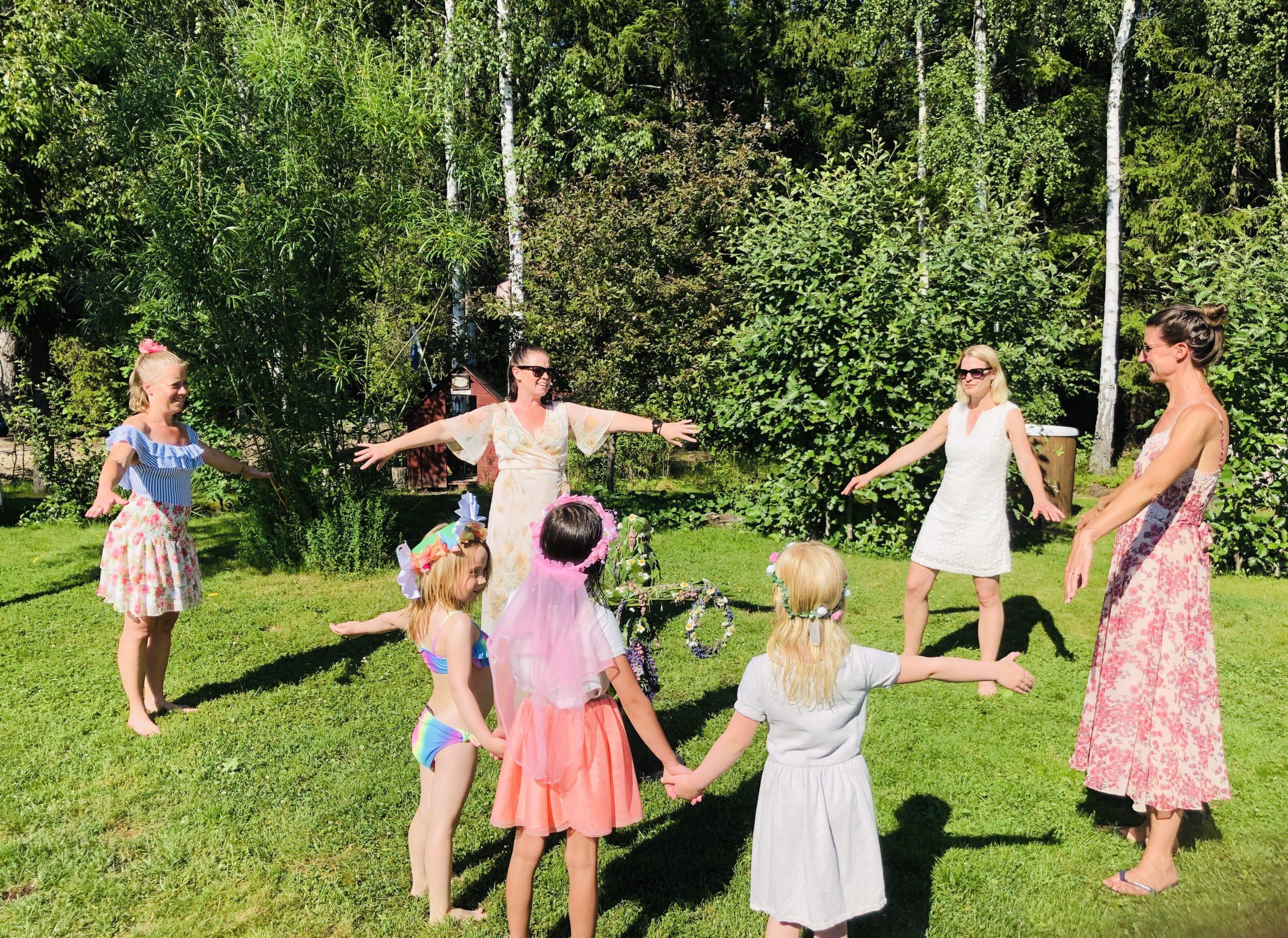 Dans kring midsommarstång