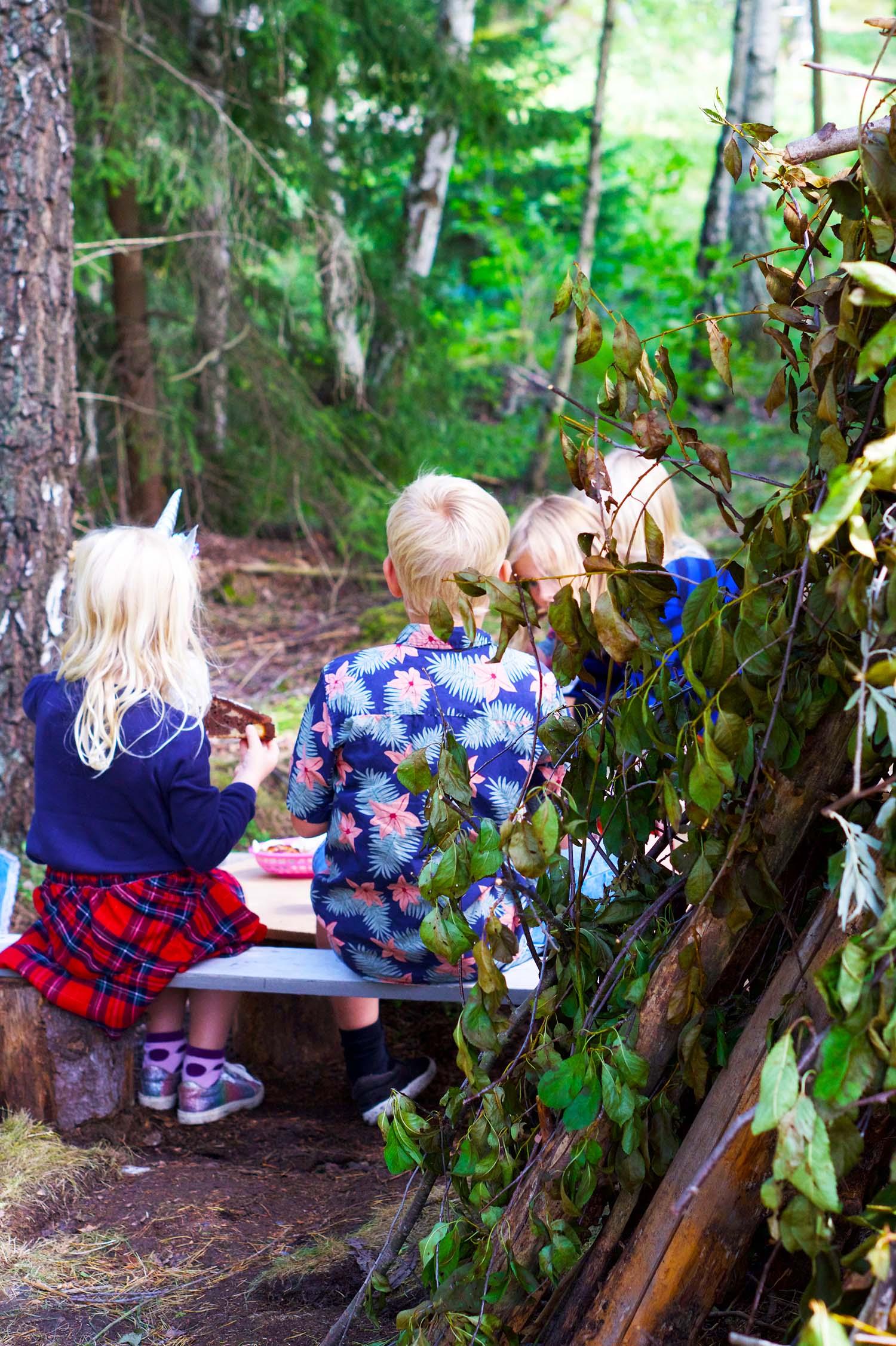 Fika vid koja i skogen