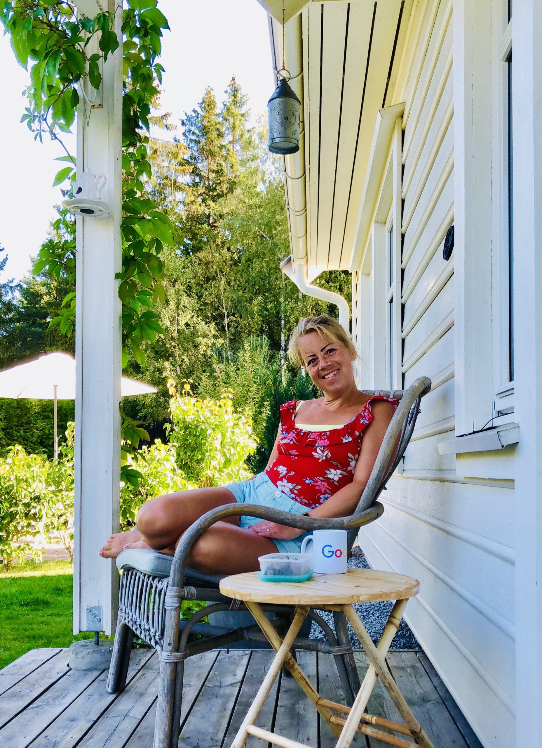 Karin på verandan