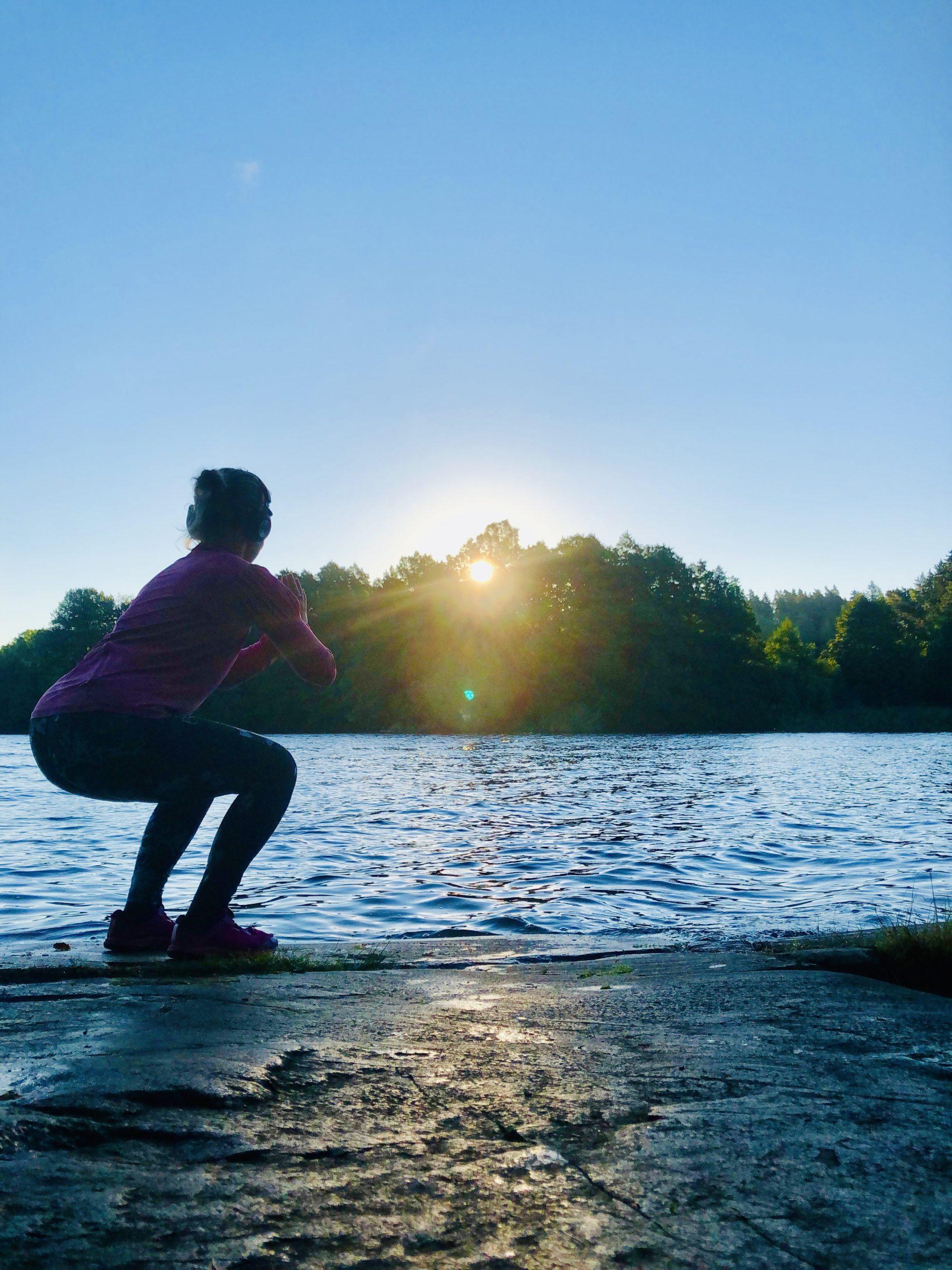 Gummibandsträning vid sjön