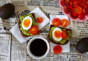 Avokadomacka med ägg och tomat