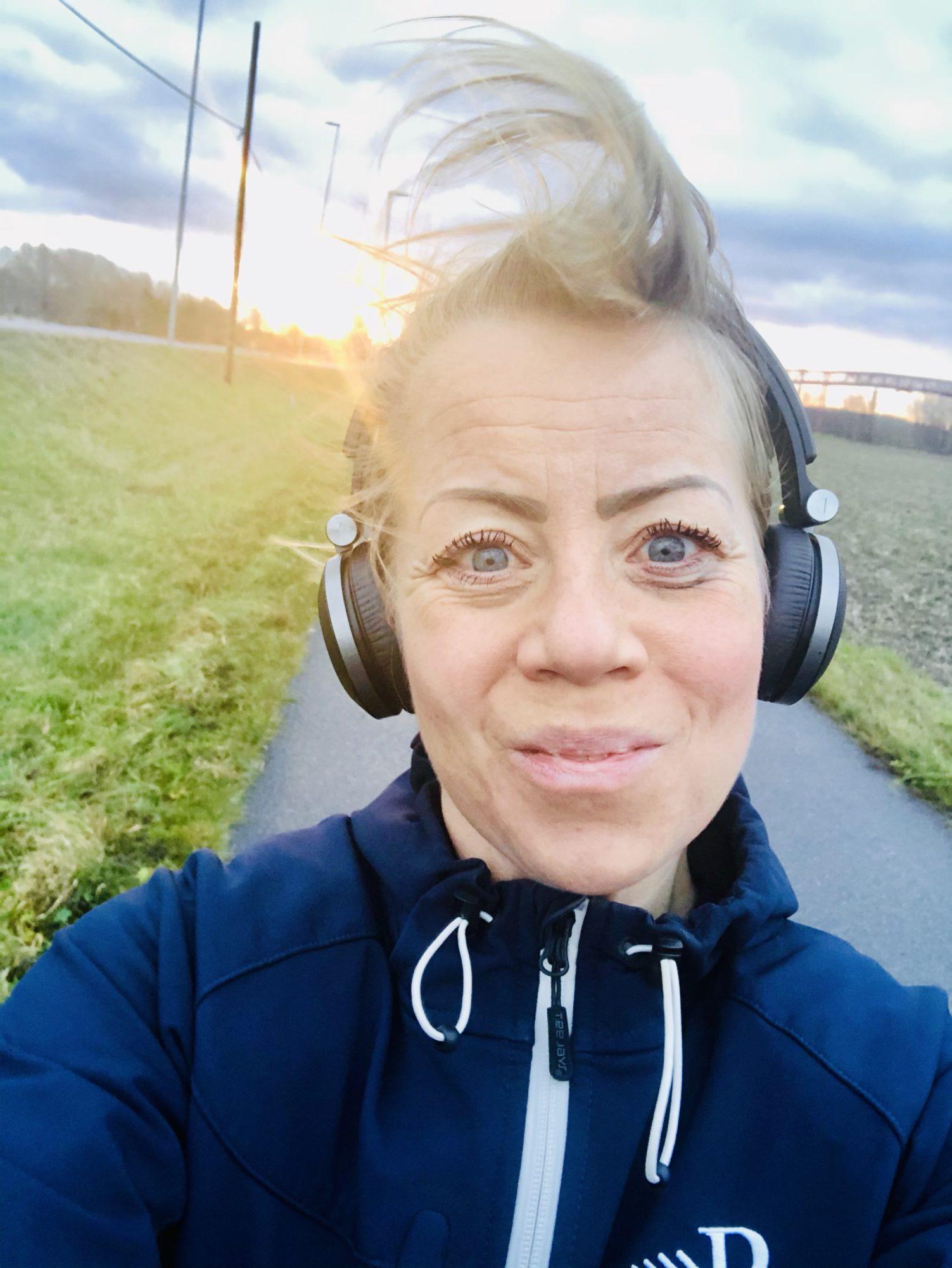 Karin Axelsson ute på promenad