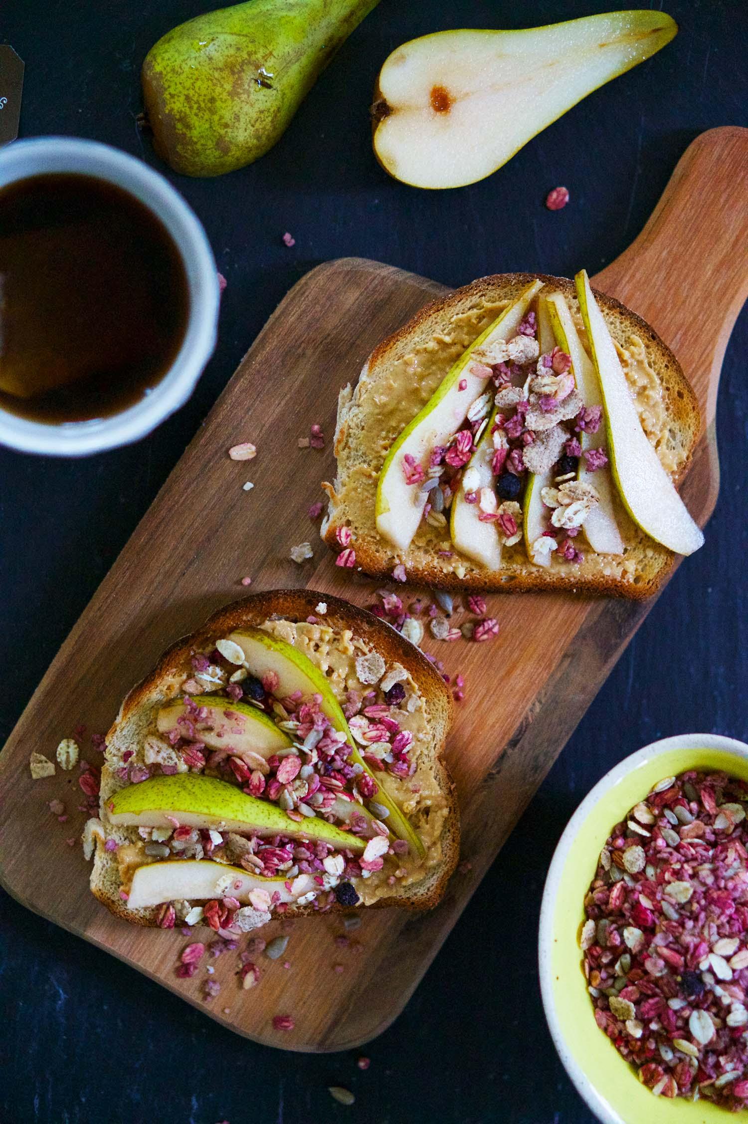 Rostad smörgås med jordnötssmör, päron och müsli