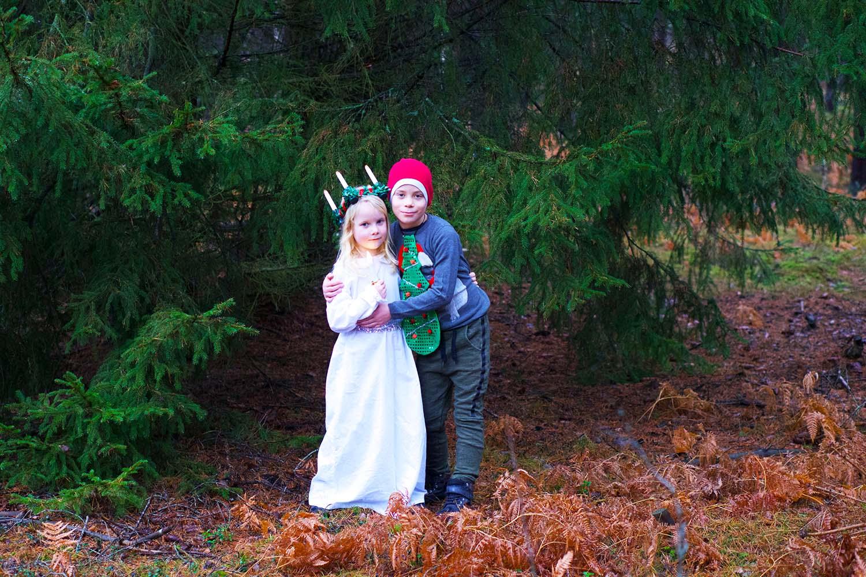 Julförberedelser med barn - julkort i skogen