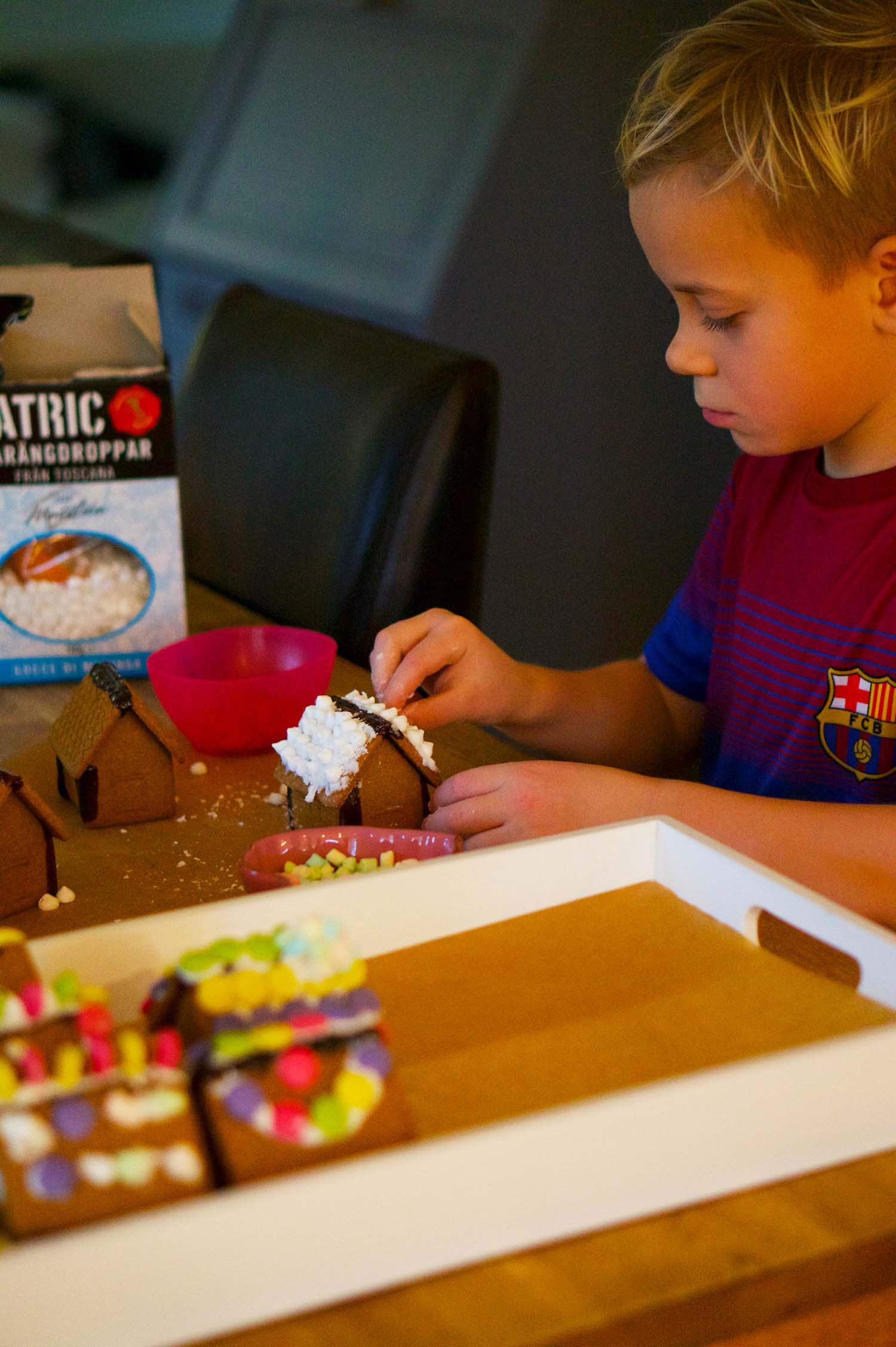 Julförberedelser med barn - pepparkakshus