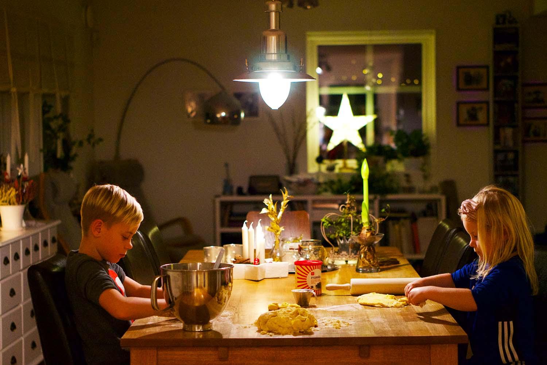 Julförberedelser med barn - lussebullsbak